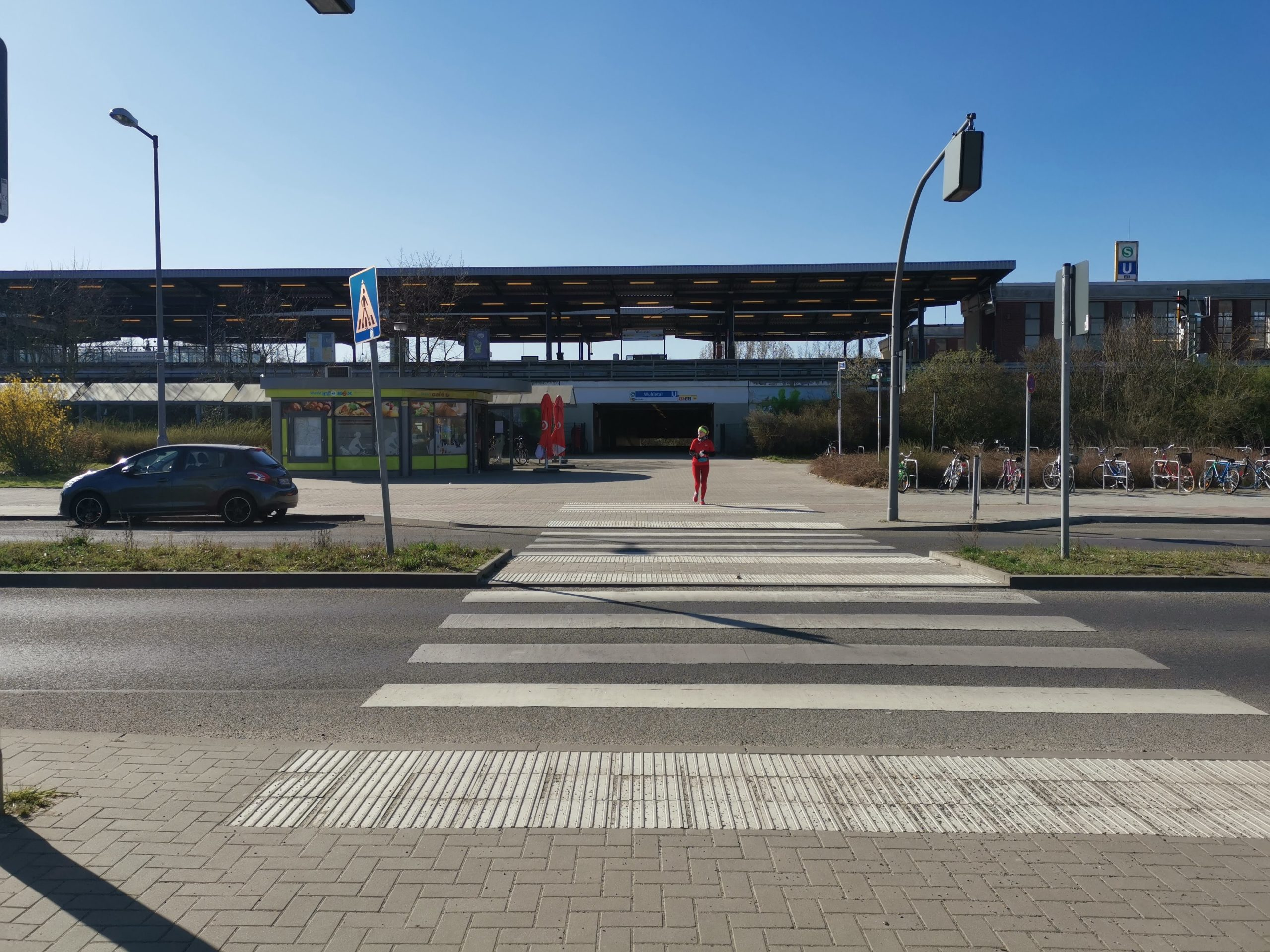 Zebrastreifen vor Bahnhof Wuhletal